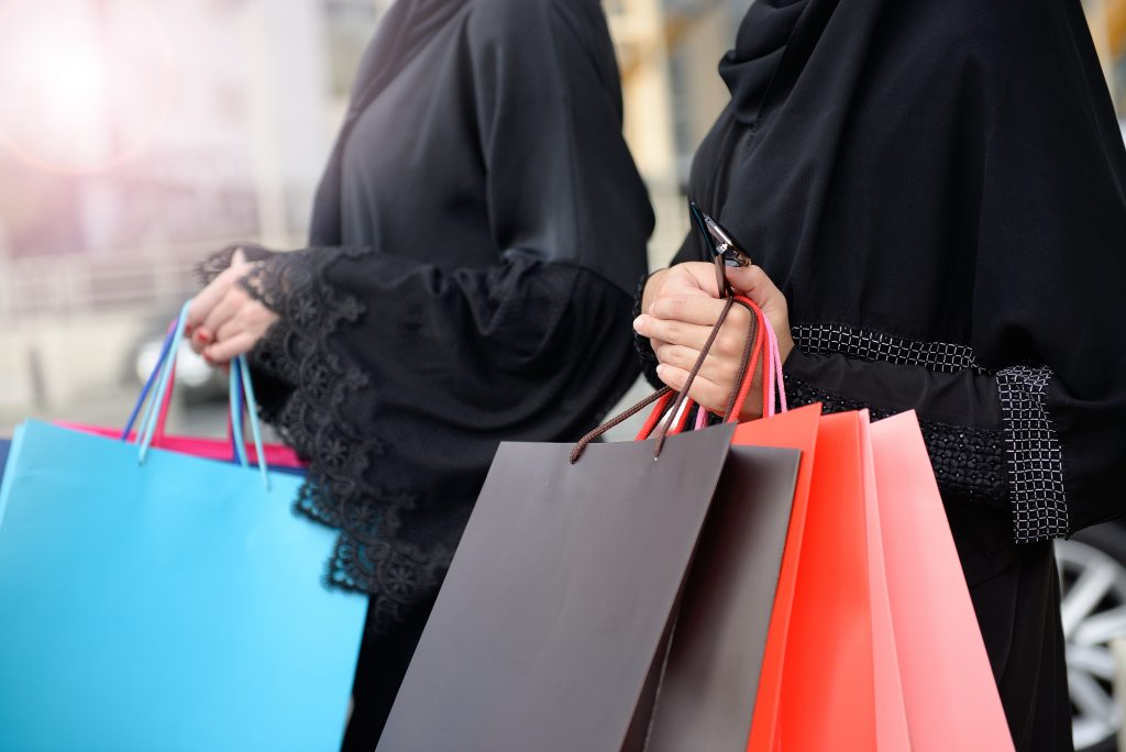 emirati women shopping in abayas