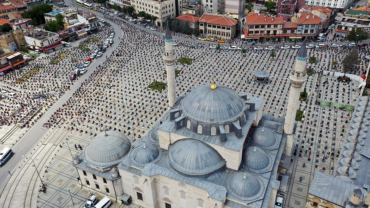 muslims pray outdoors during Covid-19 pandemic in Turkey